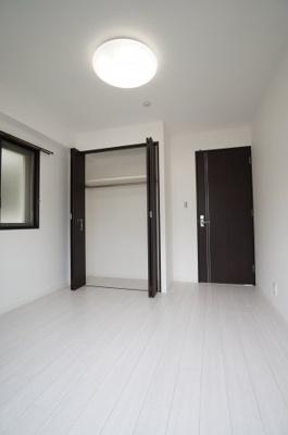 【北東側洋室約5.6帖】 居室にはクローゼットを完備し、 自由度の高い家具の配置が叶うシンプルな空間です。 お子様の成長と必要になる子供部屋にするには ぴったりの間取りですね。