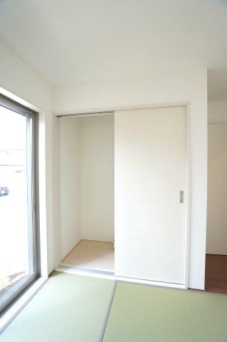 5帖和室 押入があるので座布団やお昼寝のお布団、お子様のおもちゃなど収納できます。