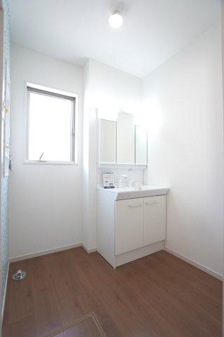 清潔感のある洗面脱衣所です。窓もありますので換気もできます。