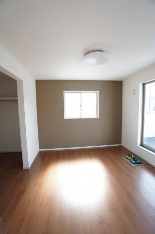 2階7帖 南向きの明るいお部屋です。アクセントクロスでおしゃれな空間です。