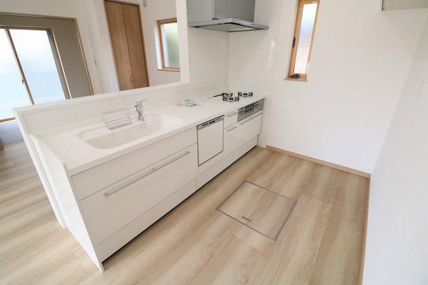白を基調とした広々カウンターキッチン。食器洗浄乾燥機付きでママの家事をお手伝い♪
