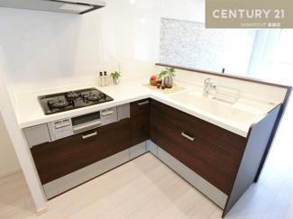 新調された3口コンロのL字型キッチンは使い勝手もよく お料理も楽しくできそうですね。