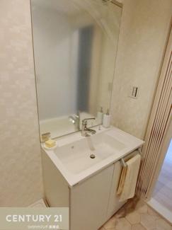 洗面も新調され大きな鏡も付いてます。 朝の身支度をビシッと決めてスタートできますね。