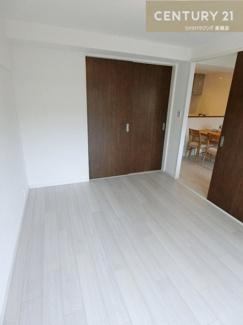 バルコニーに出れる洋室も約6帖の広さです。
