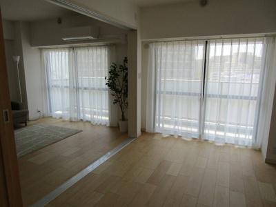 洋室6.1畳はリビングダイニングルームと繋がっており解放感ある部屋に