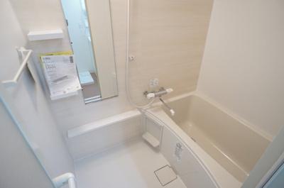 明るい印象の浴室には大きい鏡があります。蛇口もサーモスタットで温度調整が簡単です♪