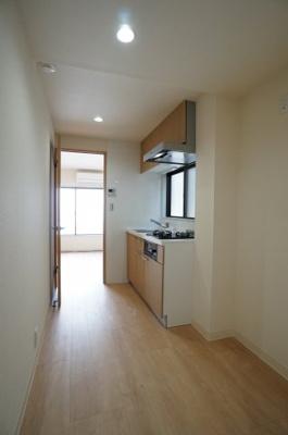 キッチン廻りが広く、食器棚等が置けるスペースがあります。