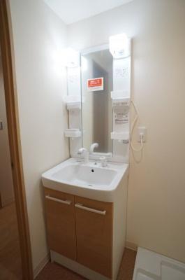 人気の独立洗面台は、蛇口がシャワータイプです。