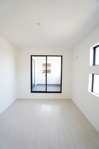2階7帖 バルコニーがあるお部屋です。陽射しが差し込み明るいお部屋です。