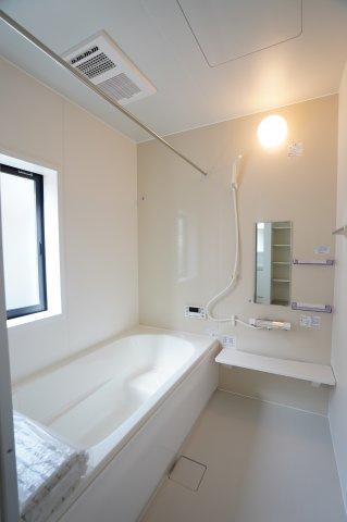 キッチン横の収納です。買い置きした食品や飲料水などを保管するのに便利です。