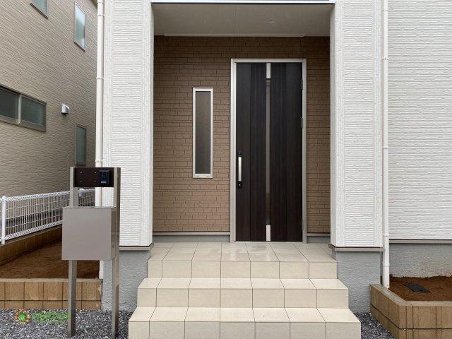 スタイリッシュなデザインの玄関ドア♪