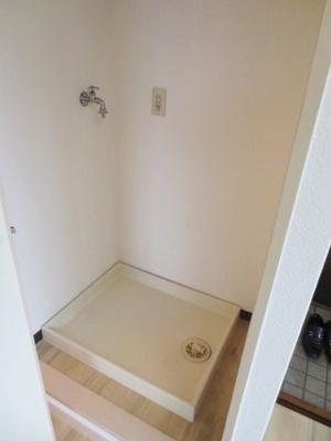 ダイニングキッチンにある室内洗濯機置き場です♪防水パンが付いているので万が一の漏水にも安心です!上部には収納棚も付いているので便利ですね☆