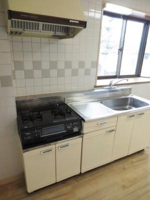 2口コンロ/グリル付きガスレンジです♪窓があるので換気もOK♪場所を取るお鍋やお皿もたっぷり収納できてお料理がはかどります!