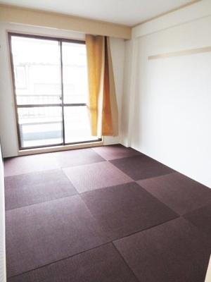 バルコニーに繋がる南西向き6帖の落ち着く良い和室です!シックな色合いのお洒落なリノベーション畳♪和室は夏場も涼しくて快適ですよ♪