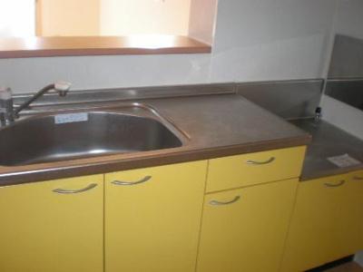 黄色いオシャレな対面式キッチン