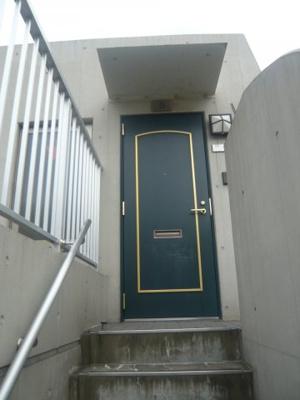 4階(エレベーター)から5階までは専用階段で上がります