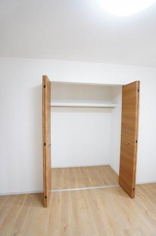 2階7帖 収納棚やパイプハンガーがあるので、普段よく着るお洋服やバッグを収納できます。