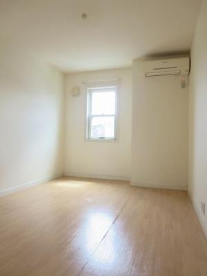 小屋裏収納のある洋室
