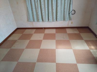明るい洋室です。若干の床補修が必要です。