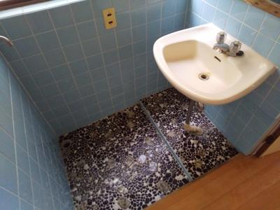 独立洗面台です。後方に洗濯機水栓もございます。