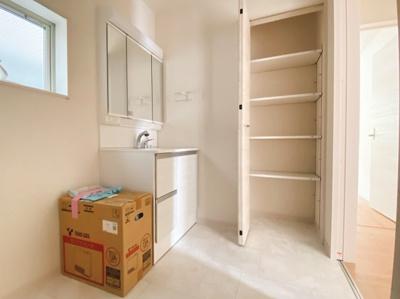 洗面室にも収納スペースを設けています。衣類も置けるのでとても重宝する収納スペースですね