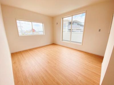 3階にはバルコニーに面した明るい洋室を2部屋確保。大切な衣類を収納できる大型クローゼット付!2面採光の為、全居室とても明るく風通りも良好です