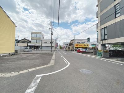 西側に面した角地になります。8mと4m道路に接道しています。
