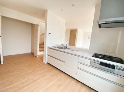 キッチンサイドに収納スペースを設けました。棚を別途置くと更に使い勝手の良いキッチン周りになりますね