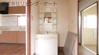 嬉しい独立洗面台。棚があるので歯ブラシなど綺麗に整頓できます。