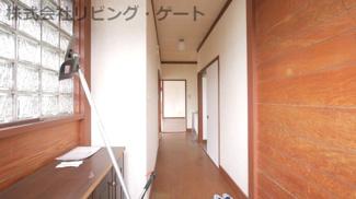 玄関からリビングへ行く廊下です。