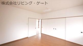 8帖洋室。床はフローリングでお掃除も楽々です。