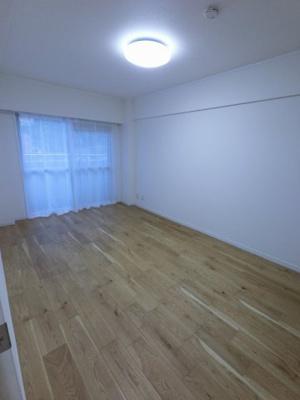 南向きのバルコニーに面した洋室は主寝室にいかがでしょうか。