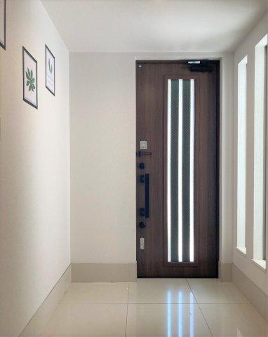 ◇Entrance◇家の顔とも言われる玄関スペース。落ち着いた木目の室内に導かれ、ひとすじの光に照らし出される上質空間。【現地(2021年4月)撮影】