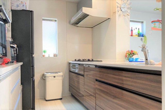 ◇Kitchen◇ご家族様との会話を楽しみながら家事ができるカウンターキッチン。冷蔵庫やカップボードを配置しても充分な広さのバックスペースを確保しています。【現地(2021年4月)撮影】