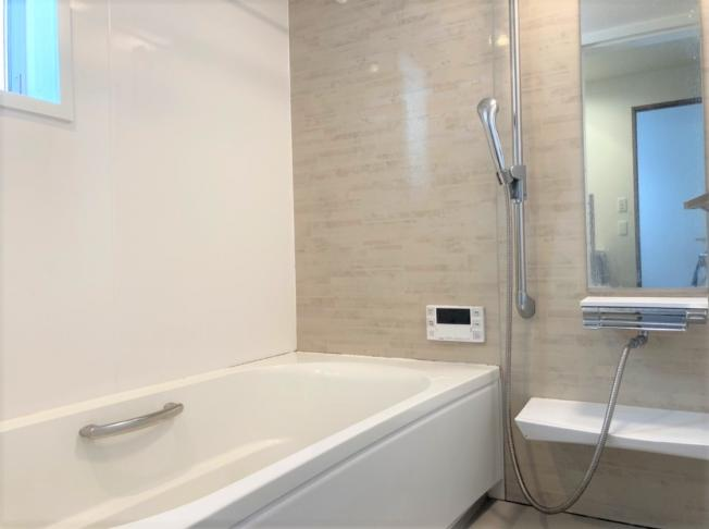 ◇Bath room◇清潔感のあふれるスタイリッシュなバスルームは一日の疲れを癒してくれます。ヒートショックの抑制や湯冷め対策にもうってつけな暖房機能付です。【現地(2021年4月)撮影】