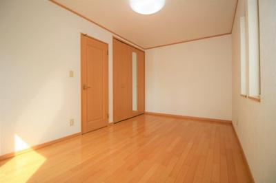 2階洋室Aは8.74帖です。 南・西に窓があり日が入ります!