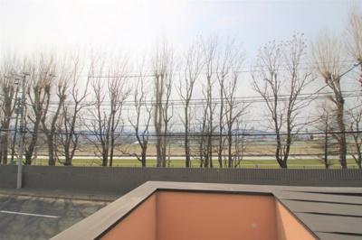 目に前には札幌競馬場のコースまで見えます! 札幌競馬開催時期は競走馬が走る姿が見えるかもしれませんね!