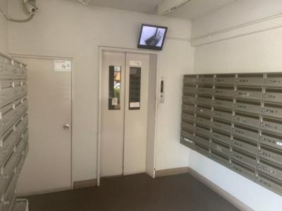 郵便受けはエレベーターの前にあります。