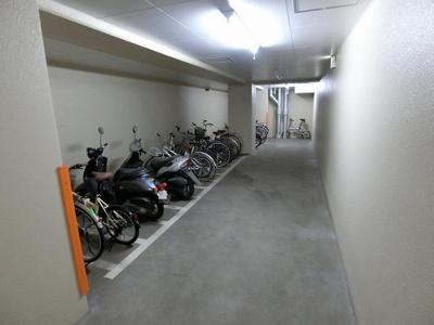 屋内の駐輪場で雨が降っても大切な自転車が濡れなくてすみますね♪自転車はちょっとした移動手段に便利ですよね!
