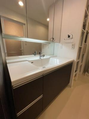 洗面台には非常に大きな鏡が設置されており、収納力も十分確保されておりますので毎日の身支度もスムーズです♪