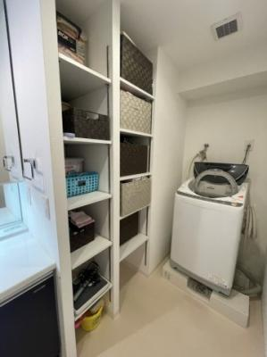洗面所には備え付けの棚がございますので、タオルや着替えなどもコンパクトに収納可能です。