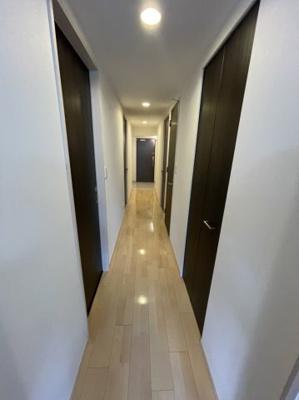 玄関まで直線的な廊下となっております。