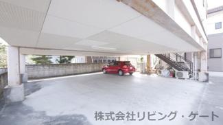 駐車スペースは10台以上分確保可能です。屋根付き駐車場となりますので、お車を大切になさる方、バイクや車の整備が好きな方に是非。