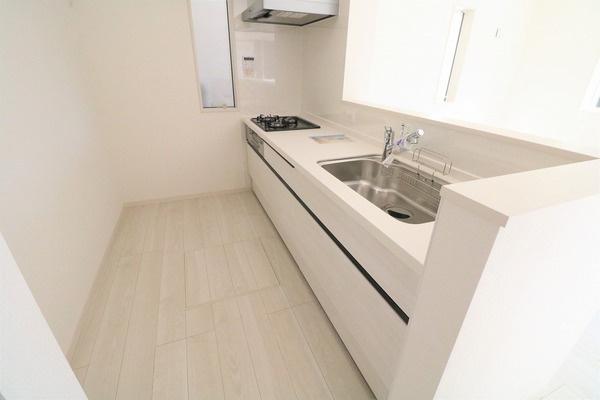 白を基調としたシステムキッチン。スペースも広々でお料理が捗ります♪