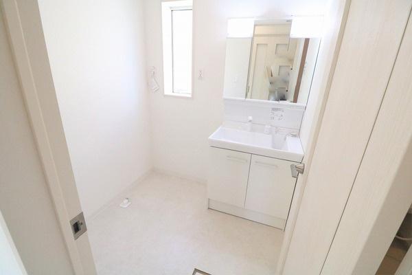 脱衣スペース広々の洗面所♪