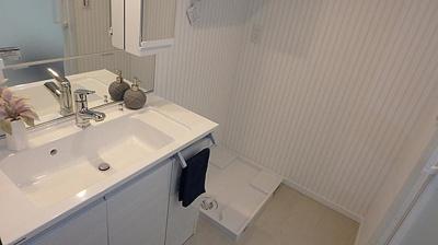 洗面台のお隣が洗濯機置き場となっています。