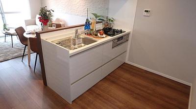 リビングを見渡せるキッチン。システムキッチンは浄水機能付きでございます。