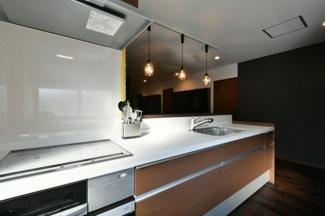 キッチンはIH式で収納力もたっぷりあります。調理器具もすべて収納可能です。