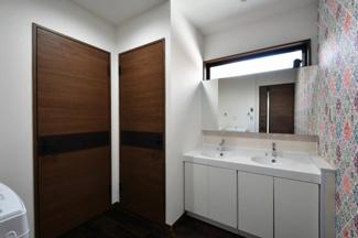 洗面所からはシャワールームに接続しています。シャワールームは別々に2か所利用可能です。