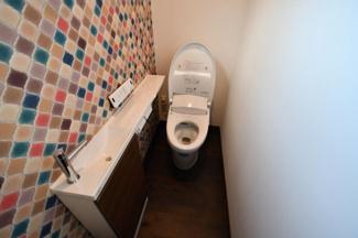 節水型の温水シャワー付トイレです。室内に手洗い所も設置してあります。トイレは4か所ご利用可能です。